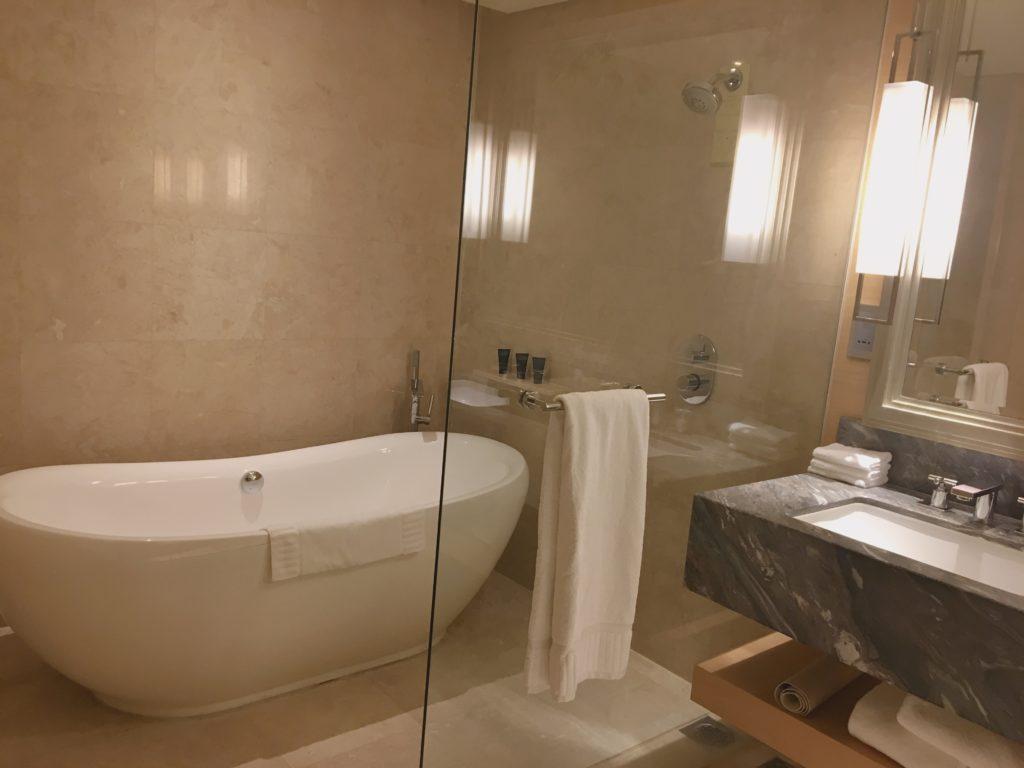 実際に宿泊したマリーナベイ・サンズ(プレミアムルーム)のバスルームを撮影した写真