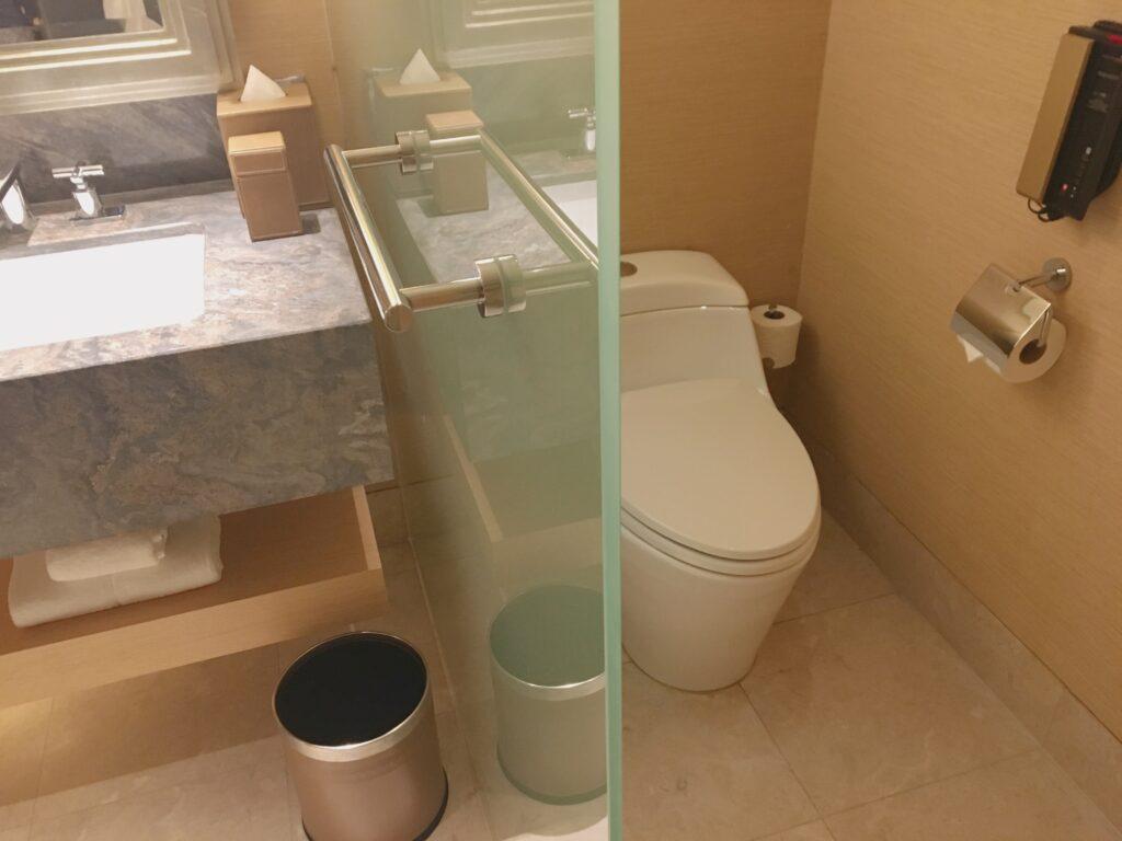 マリーナベイ・サンズ(プレミアムルーム)の綺麗に清掃されたトイレを撮影した写真