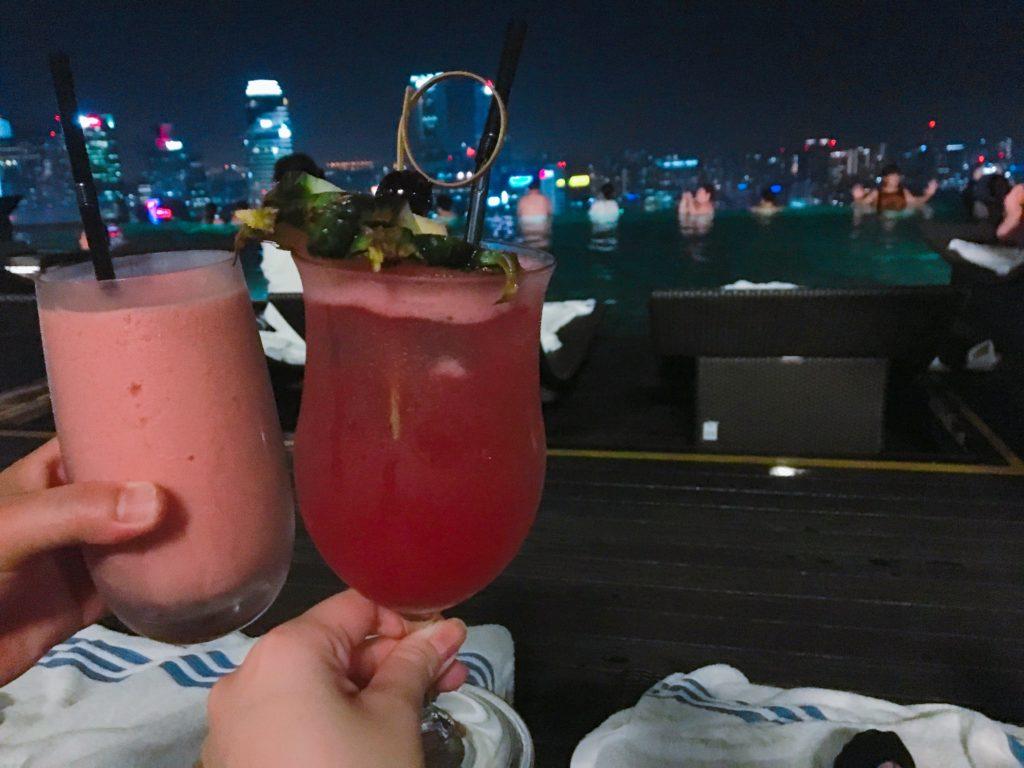 私たちがプールサイドで注文したシンガポールスリングとストロベリーのモクテルを撮影した写真