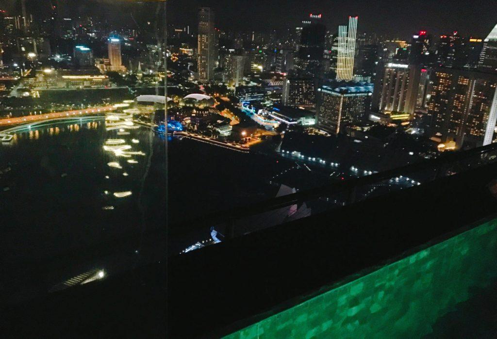 インフィニティプールから見たシンガポールの夜景を撮影した写真