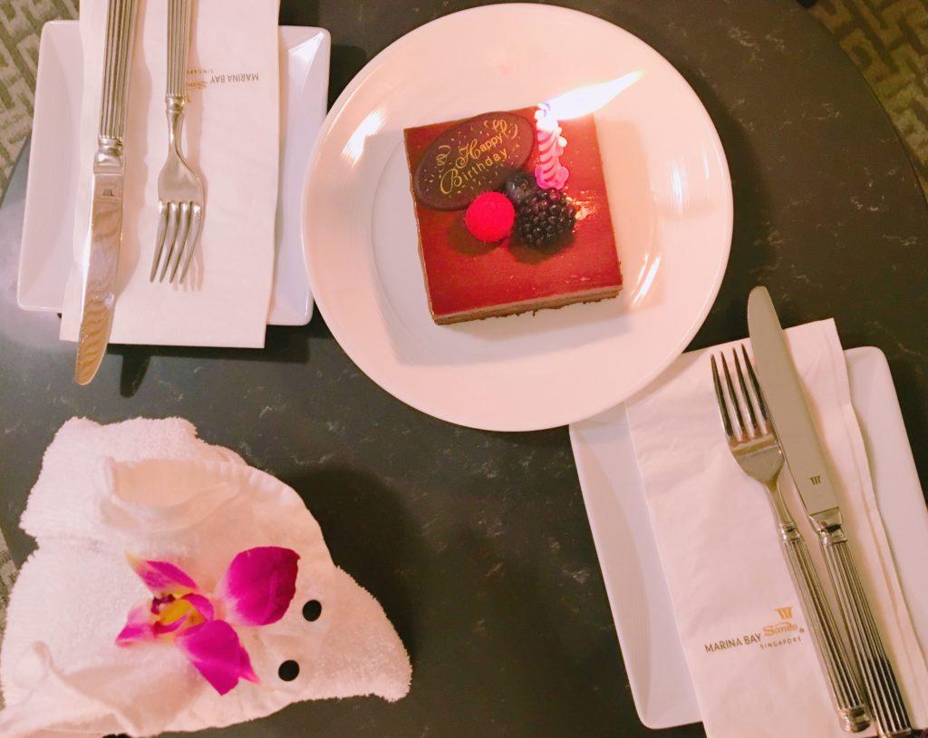 マリーナベイ・サンズのホテルの方が用意してくださったサプライズのバースデーケーキを撮影した写真
