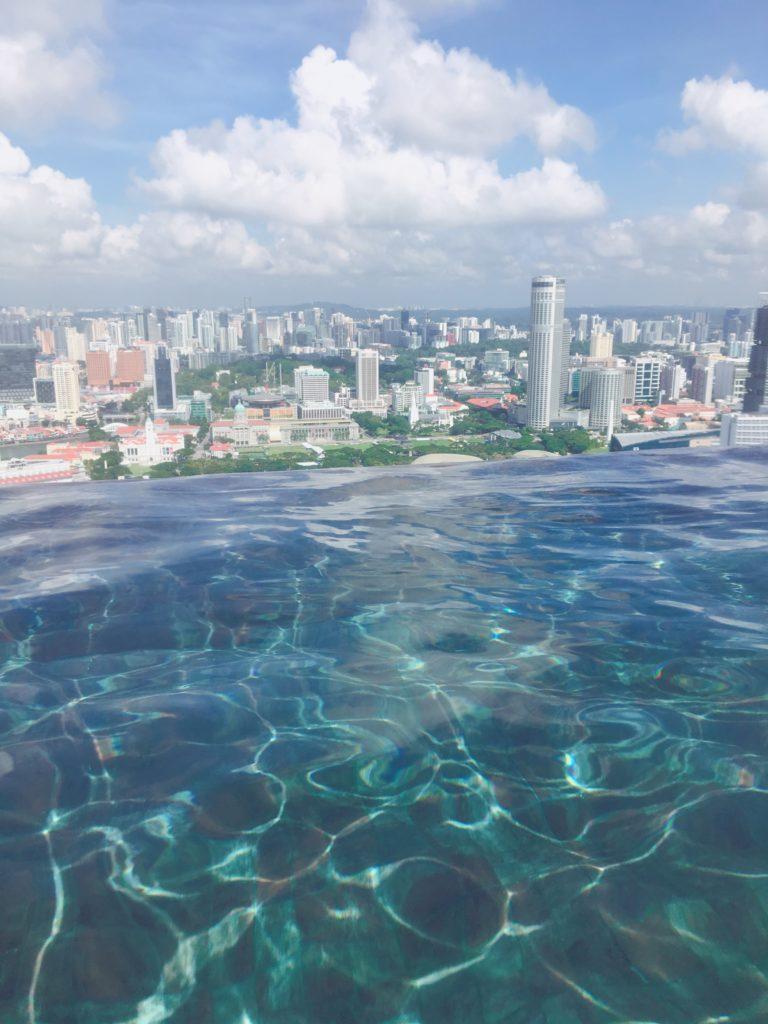 インフィニティプールの奥にシンガポールの景色が広がっている様子を撮影した写真
