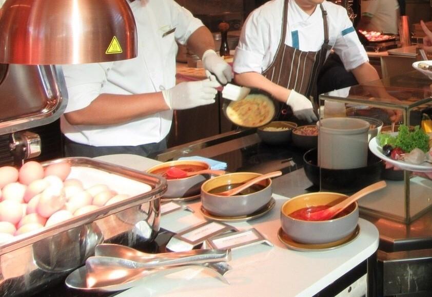 """マリーナベイ・サンズのレストラン""""RISE""""で注文したオムレツを焼いてくれている様子を撮影した写真"""
