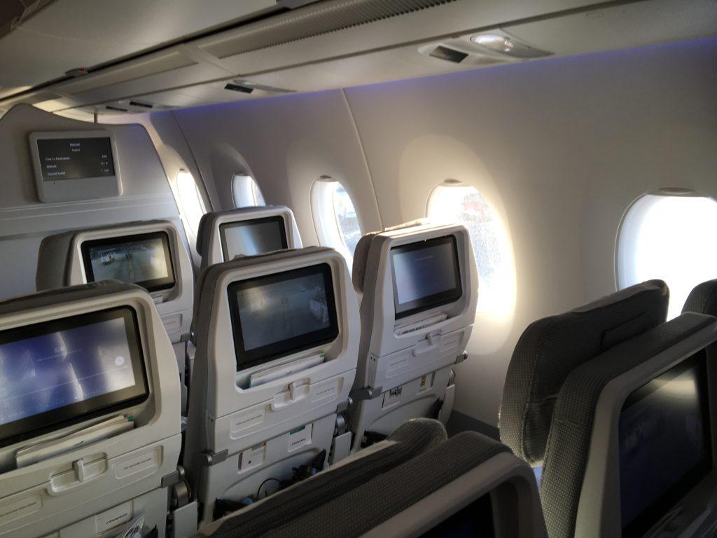 私が実際に乗っていたフィンエアーの機内の座席の様子を撮影した写真