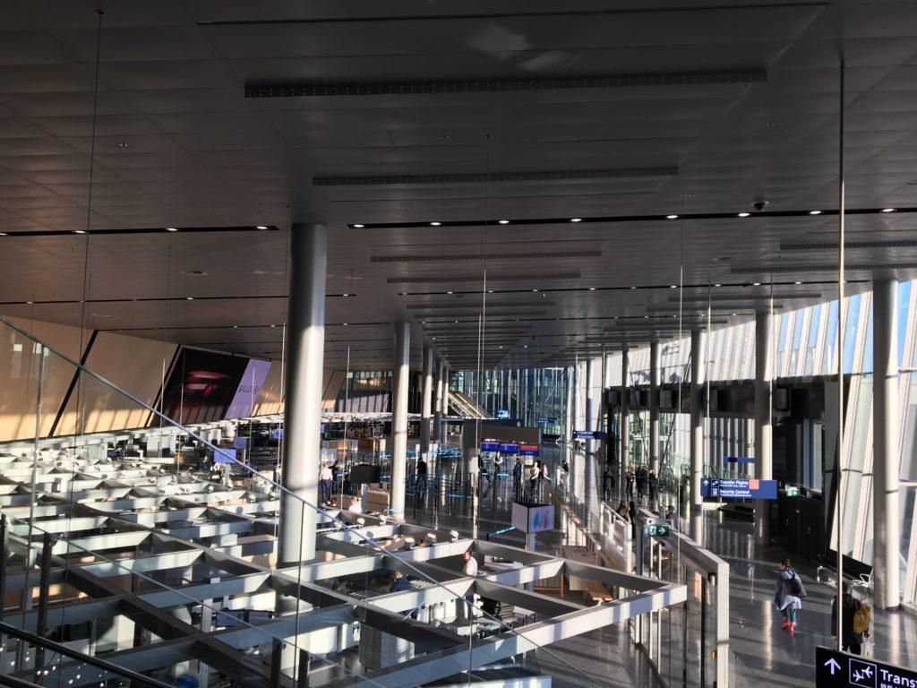 私が実際にエスカレーターを降りながら見たヘルシンキ・ヴァンター国際空港の セキュリティーコントロールがあるLEVEL2.Departure Floorを撮影した写真