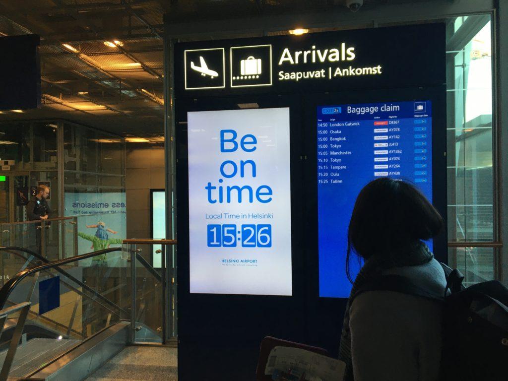 私が実際にヘルシンキ・ヴァンター国際空港内で見た、大きなデジタル時計