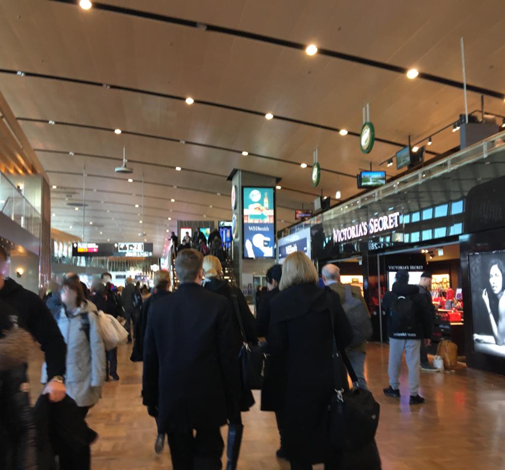 私が実際にヘルシンキ・ヴァンター国際空港で見た27番ゲート手前の免税店や 飲食店のにぎやかな様子