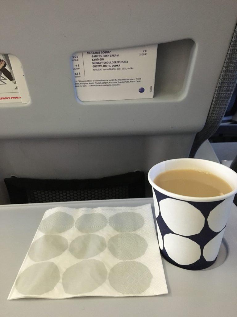 私が実際にフィンエアーの機内で頂いたマリメッコの紙ナフキンとマリメッコの紙コップに入ったコーヒーを撮影した写真