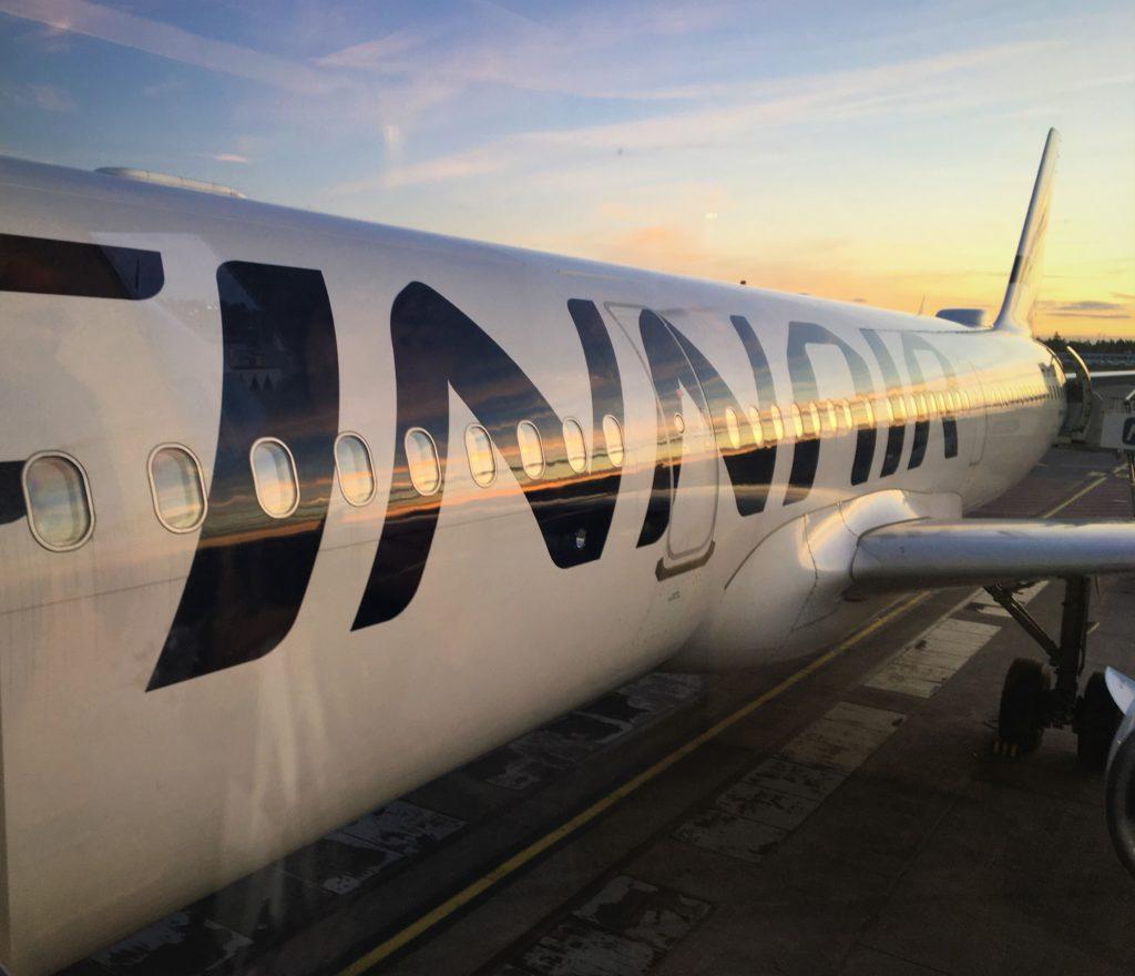 着陸後、夕暮れに染まる、私が実際に乗っていたフィンエアーの機体を撮影した写真