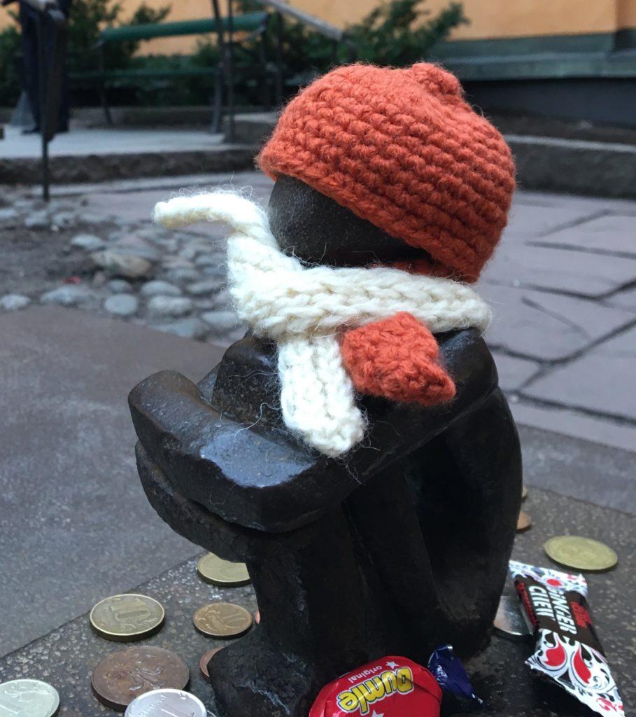 アイアンボーイ(=月を見上げる少年像)がニット帽とマフラーをしている様子を撮った写真