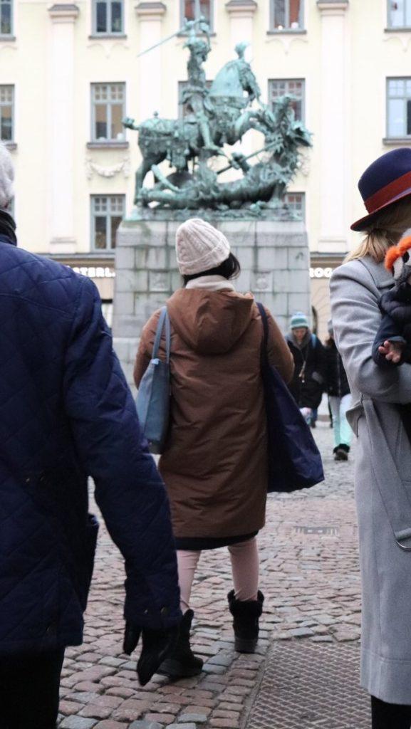 ストックホルムで、ユニクロのフード付ハイブリッドダウンコクーンコートを着ている私の後ろ姿を撮影した写真