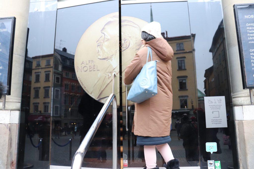 ユニクロのハイブリッドダウンコクーンコートを着て、ノーベル博物館へ入ろうとしている私を撮影した写真