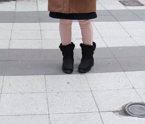 私がストックホルムでユニクロのウルトラストレッチレギンスパンツを履いている様子を撮影した写真
