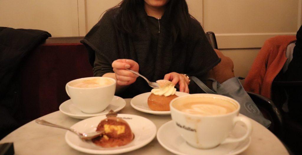 ストックホルムのカフェで、オーバーサイズのすっぽりかぶれるニットを着ている私を撮影した写真