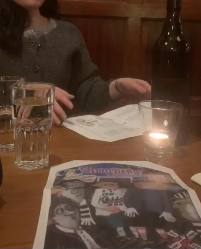 ストックホルムのレストランで、厚手のカーディガンタイプのざっくりニットを着ている私を撮影した写真