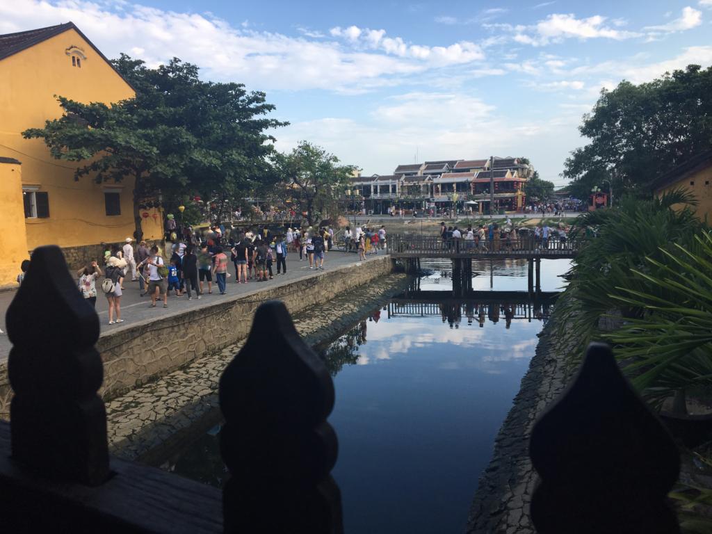 来遠橋の中央付近からグエン・タイ・ホック通り方面を眺めた様子を撮影した写真