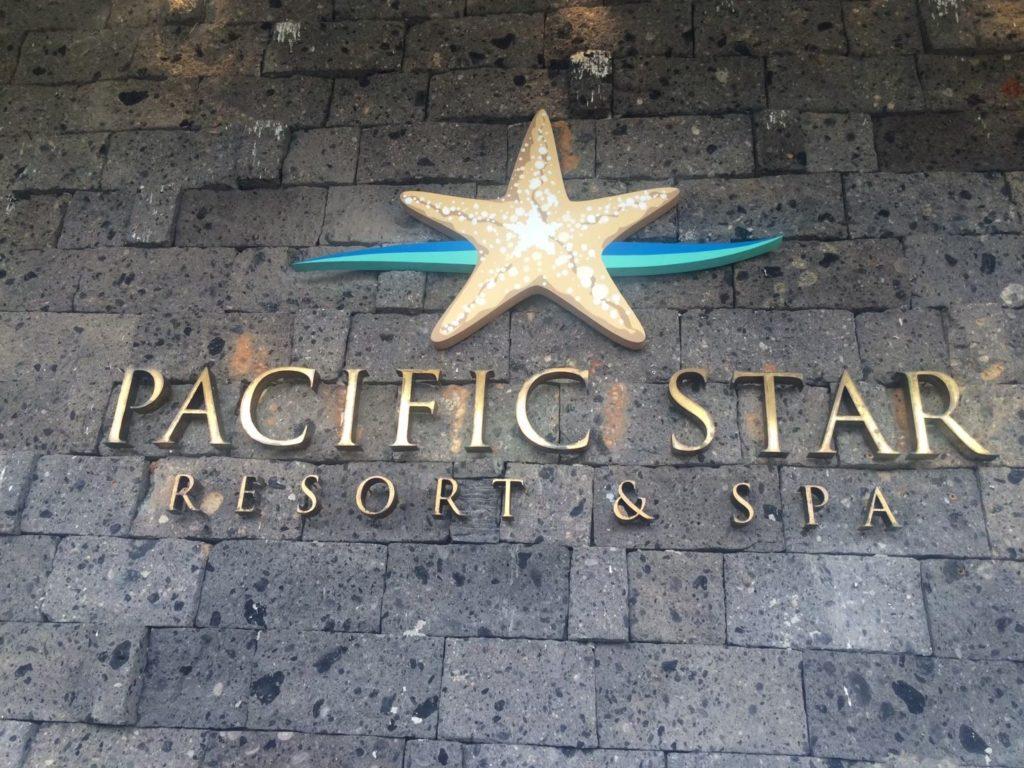 エントランス前のパシフィックスター リゾート アンド スパのホテルロゴを私が撮影した写真
