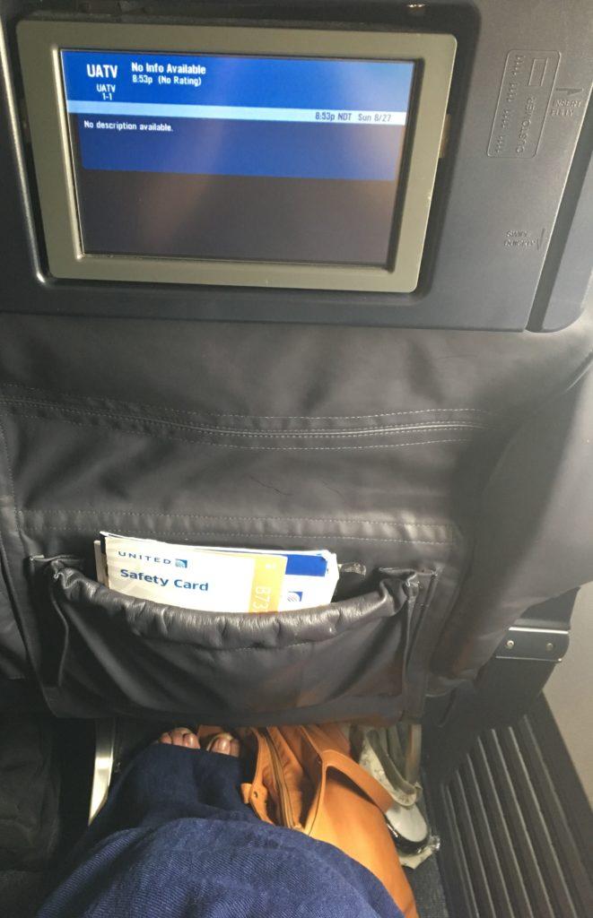 実際に私がビジネスクラスの座席に座り、荷物を座席シート下に置いて足を伸ばしたときの足元の様子を撮影した写真
