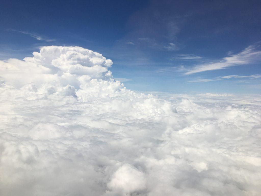 私がグアムへのフライト中に飛行機から見た雲の上の景色を撮影した写真