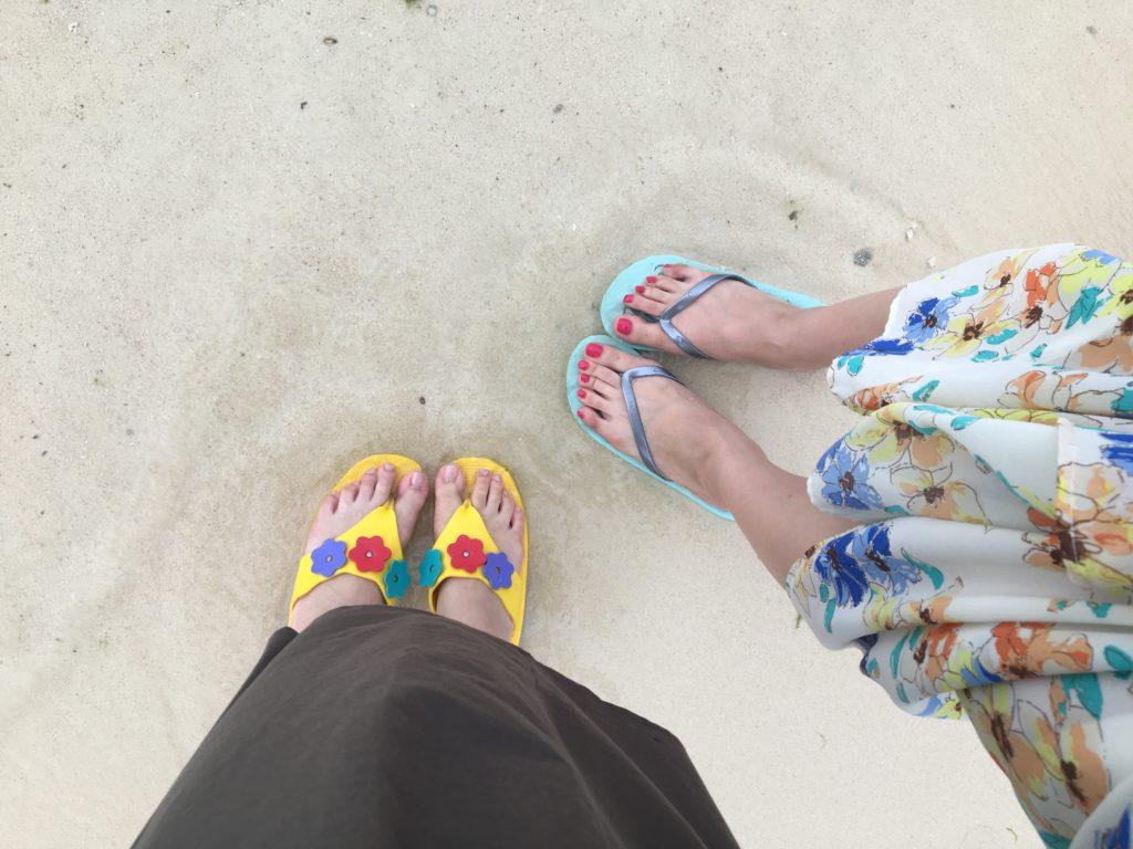 私たちが履いていたビーチサンダルを撮影した写真