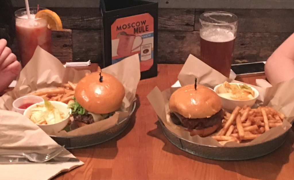 私たちが注EAT STREET GRILLで文したハンバーガーとドリンクを撮影した写真