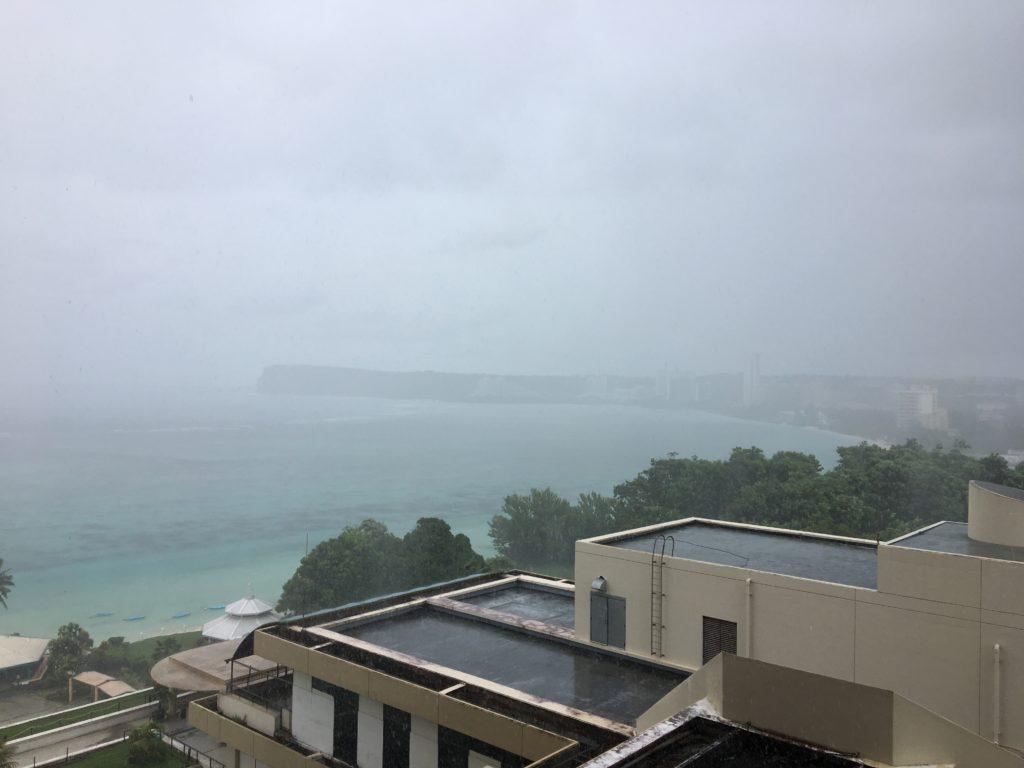 スコールが来た海の様子をお部屋から眺めているところを撮影した写真
