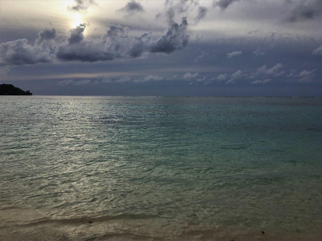夕暮れ時のタモン湾を撮影した写真
