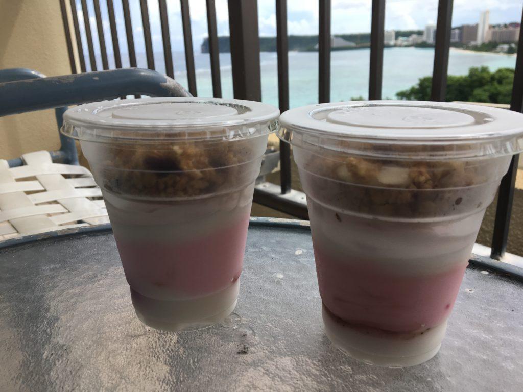 海を眺めながらお部屋のバルコニーで食べたストロベリーヨーグルトを撮影した写真