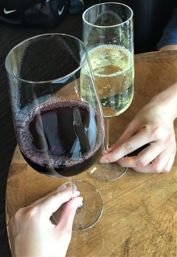 私たちが空港ラウンジで頂いたワインで乾杯する様子を撮影した写真