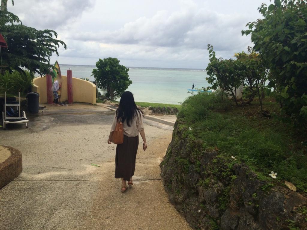 私がパシフィックスター リゾート アンド スパのホテル中庭を抜けてビーチへ向かって歩いているところを撮影した写真