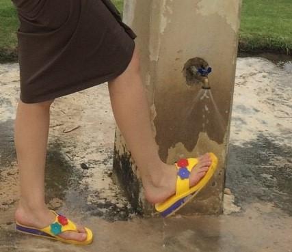 私がフィエスタリゾート グアムの足洗い場を利用している様子を撮影した写真