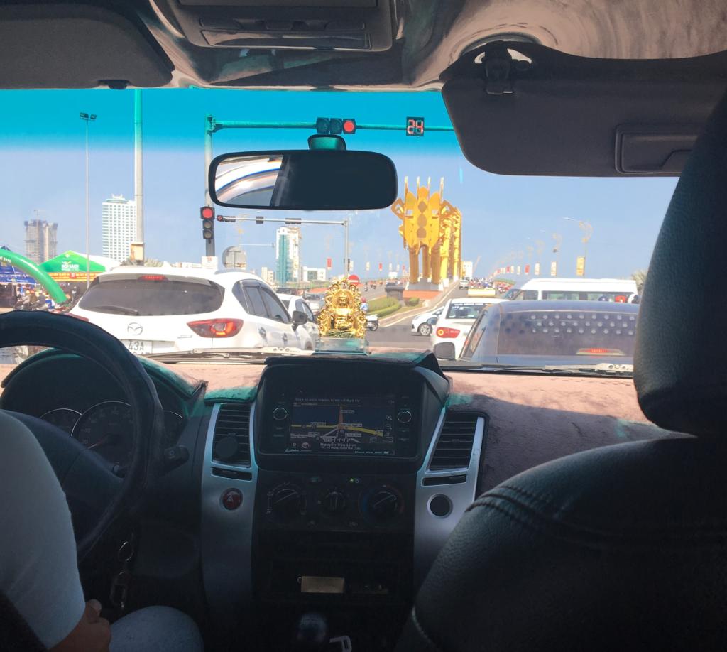 私が実際に乗った空港送迎タクシーの運転手さんが教えてくれたドラゴンブリッジを車内から見た様子を撮影した写真
