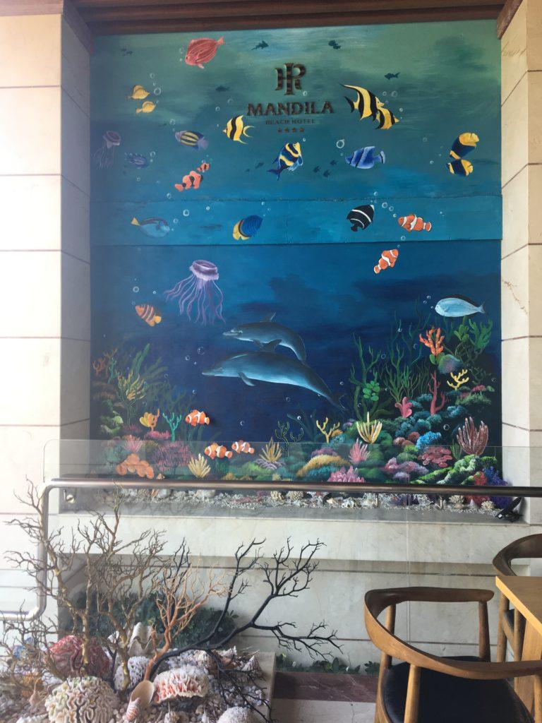 マンディラビーチホテル ダナンのエントランスの綺麗な海の絵を撮影した写真