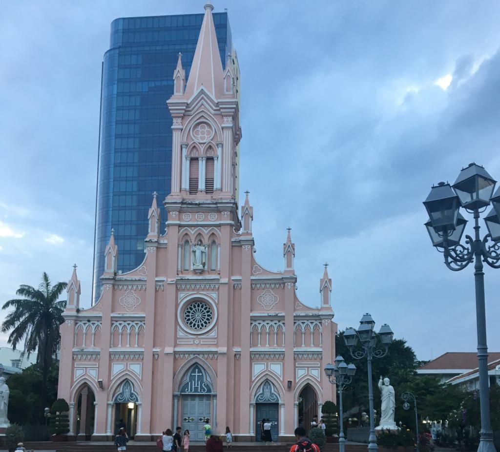 ダナン大聖堂を正面から写した所、バックに高層ビルが映り込んだ様子を撮影した写真