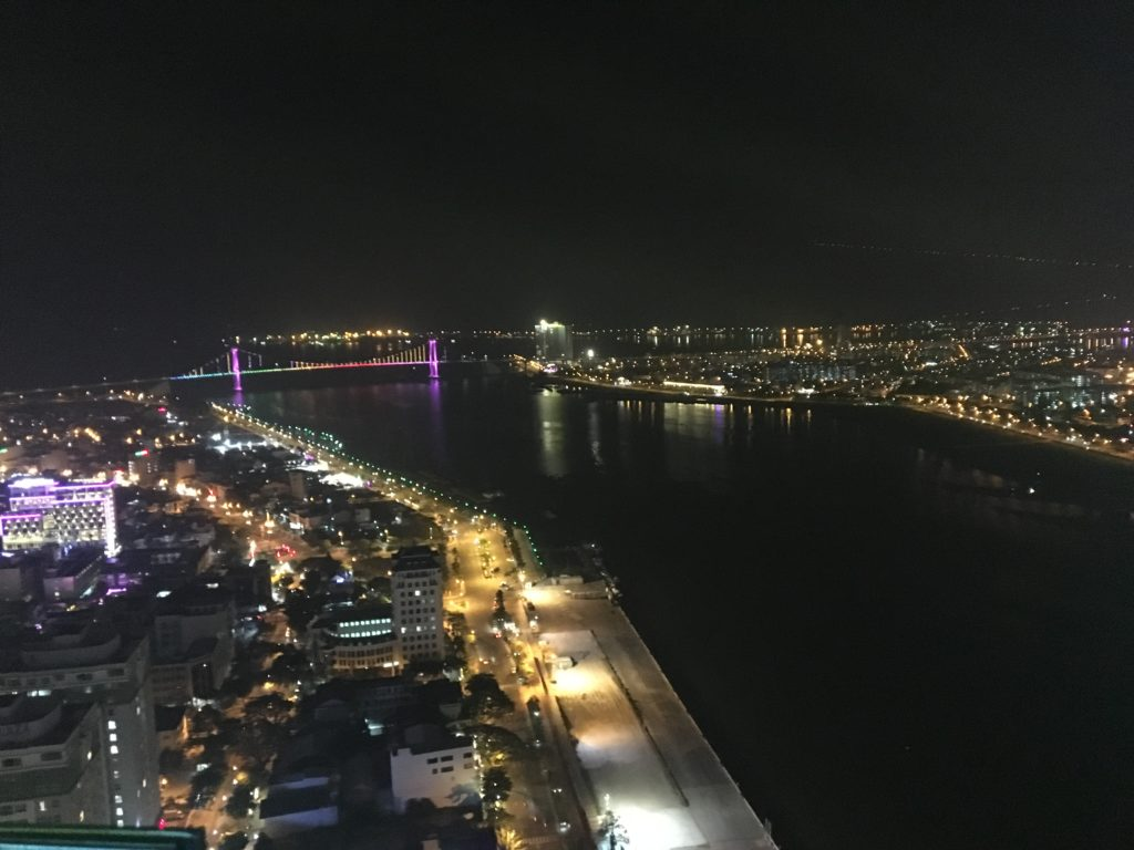 私が実際にスカイ36から見た、トアンフック橋方面のカラフルな夜景を撮影した写真