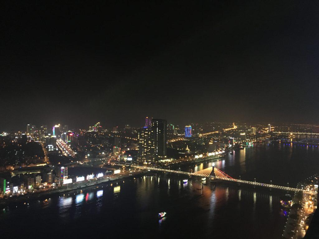 私が実際にスカイ36から見た、ソンハン橋やドラゴンブリッジ方面のカラフルな夜景を撮影した写真