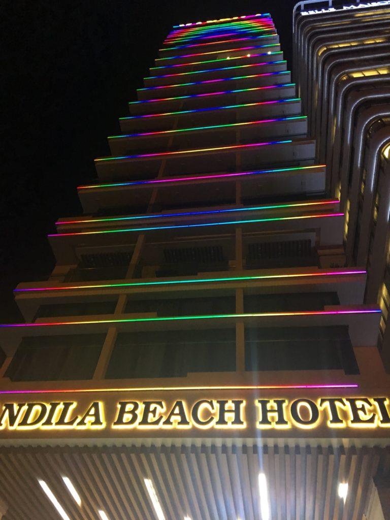 マンディラビーチホテル ダナンがライトアップされている様子を撮影した写真