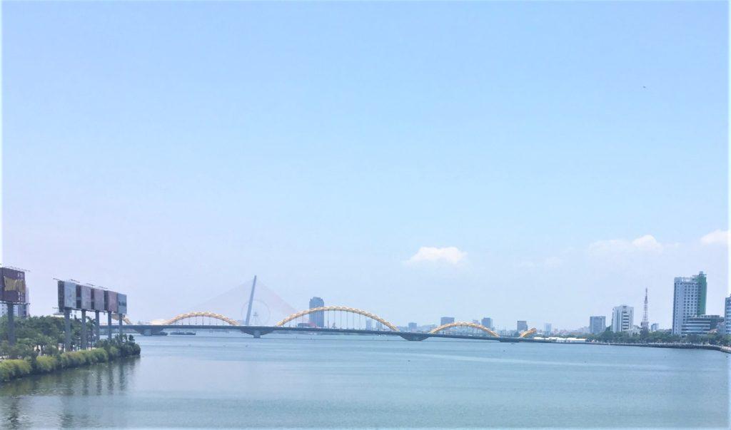 私が実際にソンハン橋から、ドラゴンブリッジを眺めた様子を撮影した写真