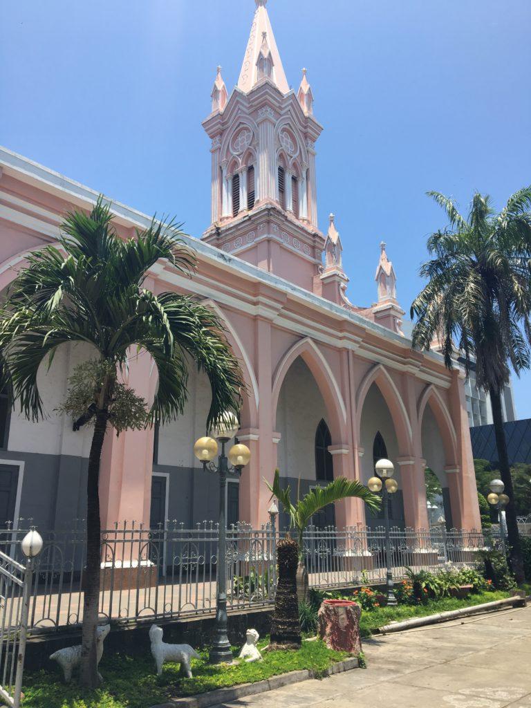 ダナン大聖堂を中庭側から見た様子を撮影した写真