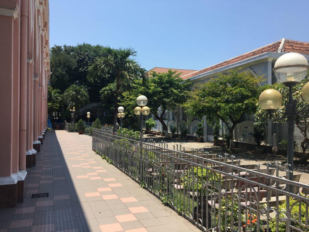 ダナン大聖堂の中庭側の敷地内を撮影した写真