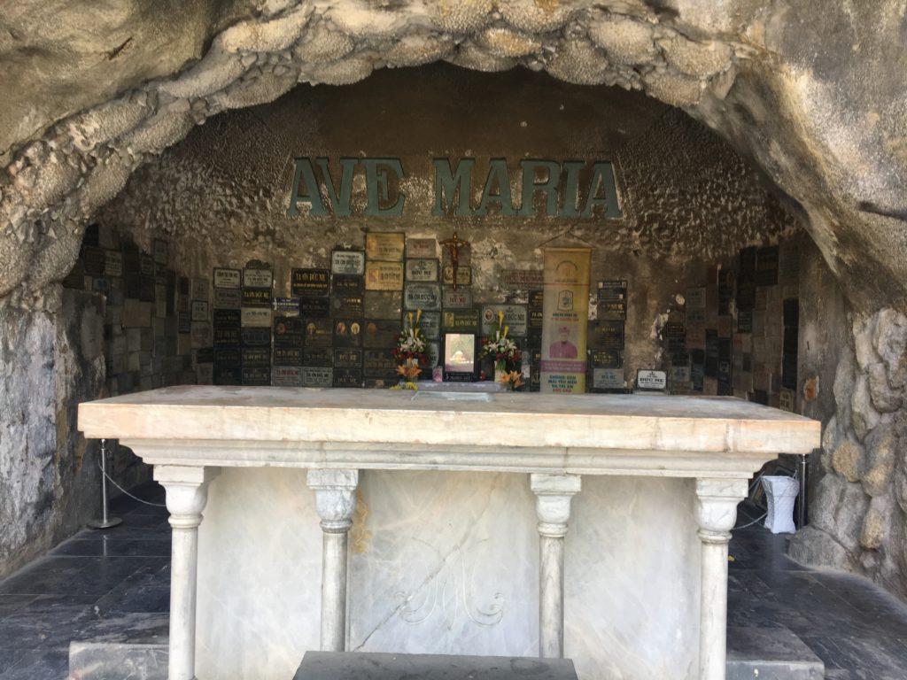 ダナン大聖堂の敷地内にあった洞窟に作られたような礼拝堂を撮影した写真