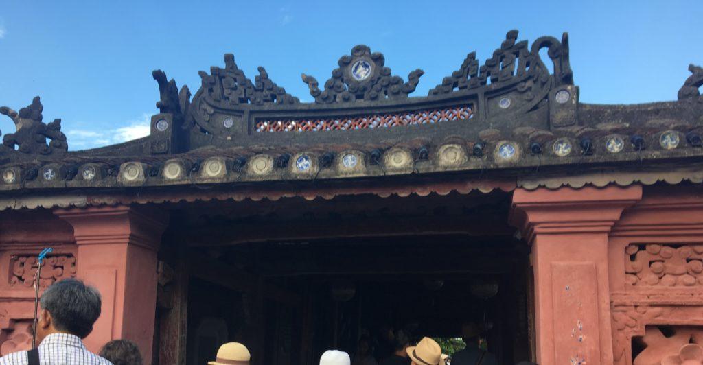 来遠橋の入り口の屋根を撮影した写真