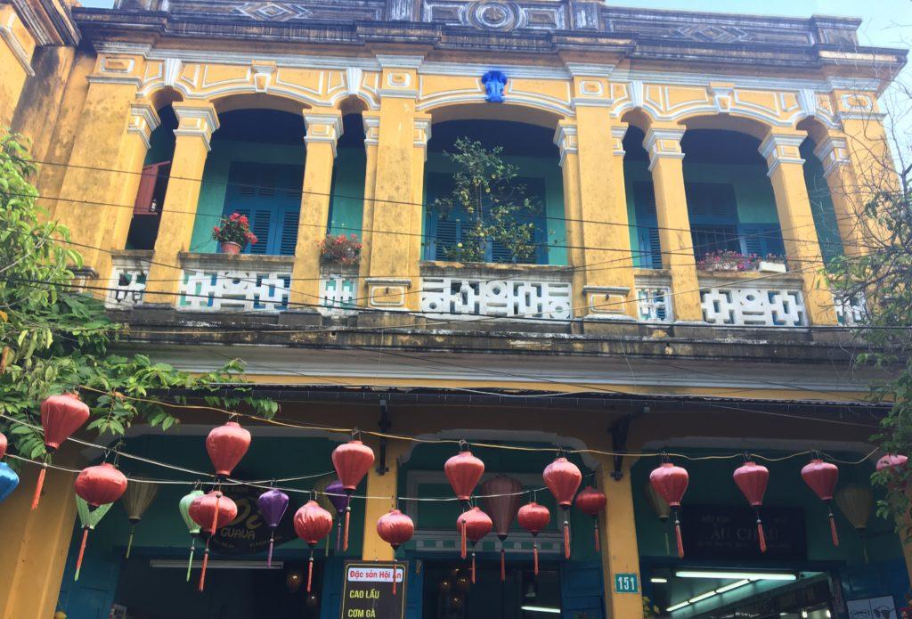 チャンフ―通りで見かけた数店舗が併設する黄色い建物にランタンが連なっていて趣のある様子を撮影した写真