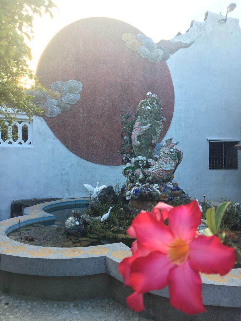 福建会館の鮮やかな魚や鳥の彫刻を撮影した写真