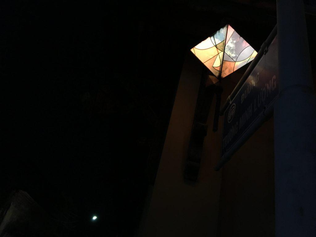 グエンズイヒエウ通りを進み、Trương Minh Lượng通りを曲がった際に見かけたライトアップされた可愛いランタンを撮影した写真