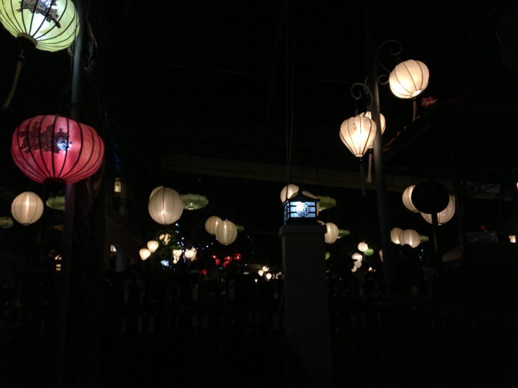 ダオ ティエン・リバー・レストランのランタンでいっぱいの店内の様子を撮影した写真