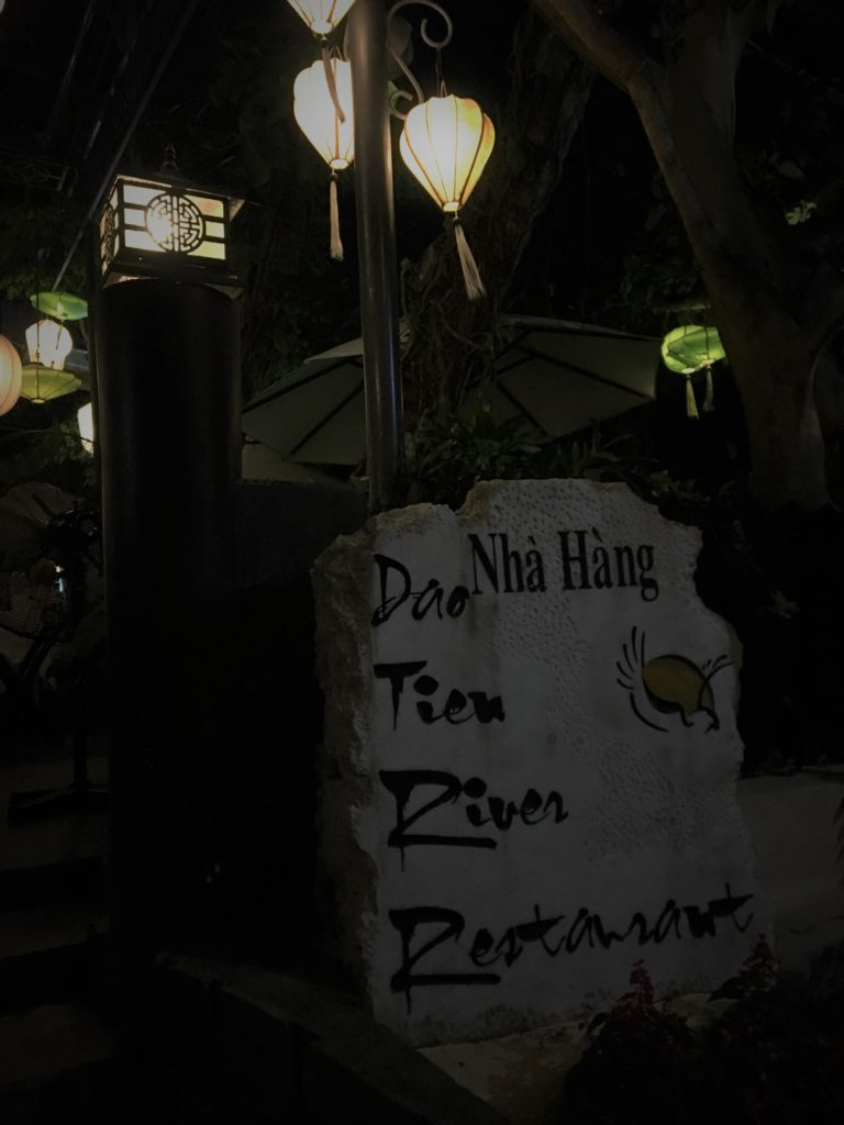 ランタンが灯されたダオ ティエン・リバー・レストランの看板を撮影した写真