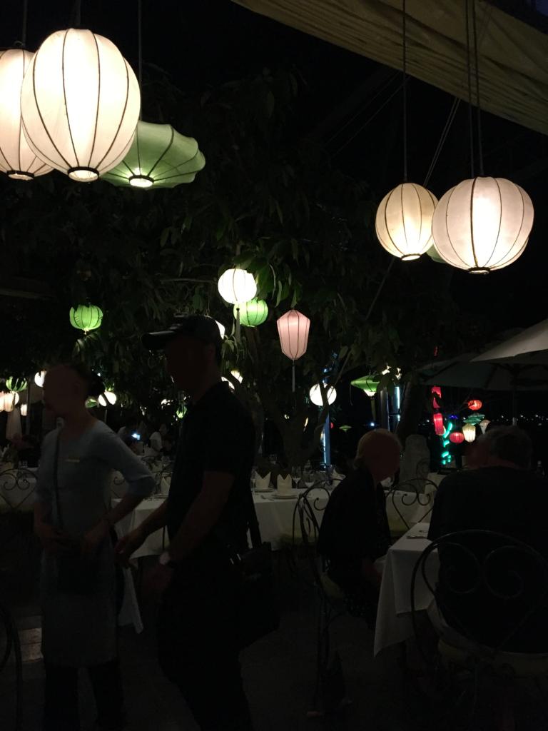 ダオ ティエン・リバー・レストランのテーブルについた時の店内の様子を撮影した写真