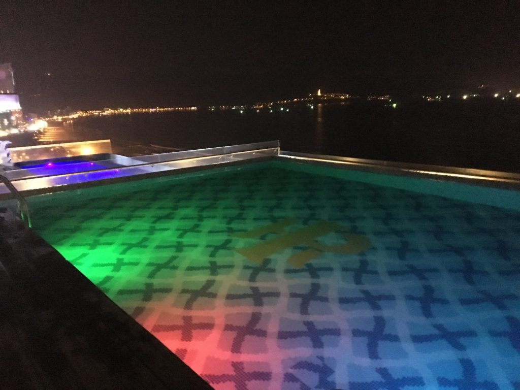 マンディラビーチホテル ダナンのインフィニティ・プールに夜訪れたときの様子を撮影した写真
