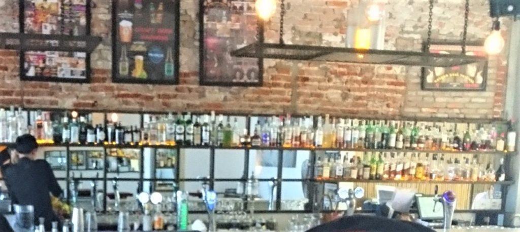 ウォーターフロントレストラン&バーのバーカウンターを撮影した写真